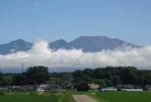 平賀から望む初夏の浅間山、2013年7月撮影 (柳沢信義様提供)