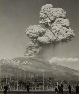 爆発する浅間山を平賀村から望む。1973年11月撮影(柳沢正良様提供)
