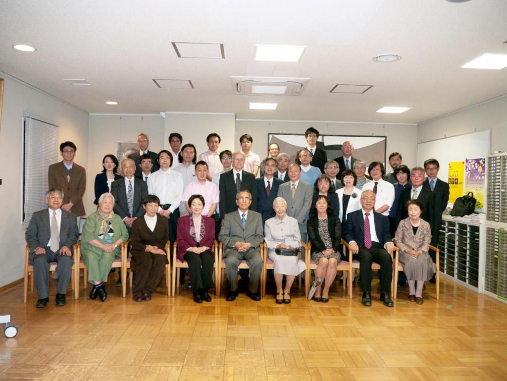第三グループ:前列左から:二木昭人教授(東大)、藤本夫人、芦沢明子、正江、久志、幸子、すみれ、ヤウ教授(ハーバード大学),山川きよ子様(知人、長野市在住)