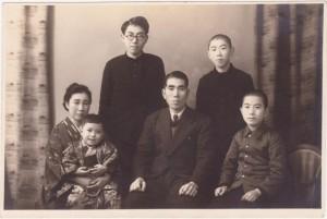 昭和25年(1950年)1月8日の家族写真 前列左から、母与志江(41)、五男和男(2)、父久三(45)、三男久志(11)。後列:長男昭七(18、東大1年)、次男俊則(15)